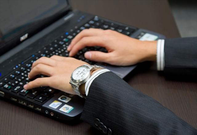 パソコンを操作している男性の手
